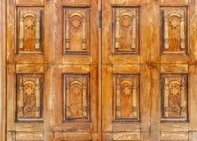 Altes hölzernes Tor mit Vorhängeschloß Lizenzfreies Stockfoto
