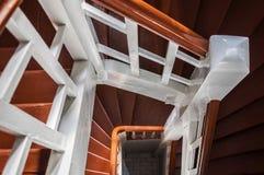 Altes hölzernes Treppenhaus nach innen eines Gebäudes lizenzfreies stockfoto