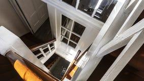 Altes hölzernes Treppenhaus nach innen eines Gebäudes stockfotografie