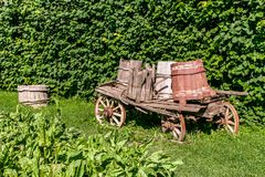 Altes hölzernes Warenkorb telega auf Gras Stockbild