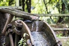 Altes hölzernes Wasserrad im Wald lizenzfreie stockfotografie