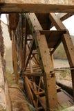 Altes hölzernes Wasserrad und Cabriel-Fluss auf seiner Weise durch Casen del Rio-Dorf, Albacete, Spanien lizenzfreie stockbilder