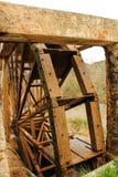 Altes hölzernes Wasserrad und Cabriel-Fluss auf seiner Weise durch Casen del Rio-Dorf, Albacete, Spanien lizenzfreie stockfotos