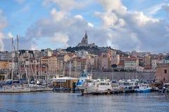 Altes Habour Marseille mit Notre Dame de la Garde In The Background stockfotografie