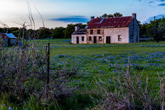 Altes Haus Abandonded in Texas Wildflowers Lizenzfreie Stockfotografie