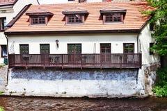 Altes Haus auf dem Fluss in Vilnius Lizenzfreies Stockfoto