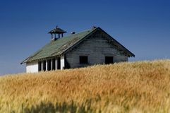 Altes Haus auf dem Weizengebiet lizenzfreie stockfotos