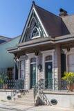 Altes Haus auf den Straßen des französischen Viertels verziert für Mardi Gras in New Orleans, Louisiana lizenzfreie stockfotografie
