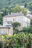 Altes Haus auf einem bewaldeten Hügel Lizenzfreie Stockfotos