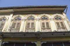Altes Haus, das hölzernes Fenster in der Chinesisch-portugiesischen Art an der alten Stadt hat Stockfotografie