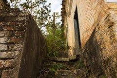 Altes Haus in den Ruinen, ein wenig mysteriös und im verwunschenen Ort Stockbild