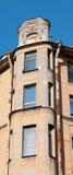 Altes Haus der Fassade mit Emblem eines Adlers Stockfotografie