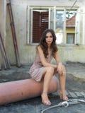 Altes Haus der jungen Frau des Weinleseart und weiseportraits lizenzfreie stockfotografie
