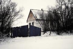 Altes Haus in der Landschaft in Ukraine lizenzfreie stockfotos