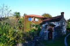 Altes Haus in der Natur Stockbild