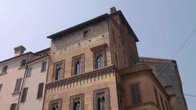 Altes Haus des Kaufmannes in Marktplatz delle Erbe in Mantua stock video footage