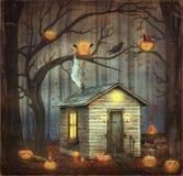 Altes Haus in einem Märchenwald unter Bäumen, Halloween-Kürbise Stockbild