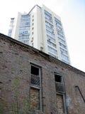 Altes Haus gegen modernes offic Lizenzfreies Stockbild