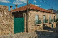 Altes Haus gemacht vom Stein auf verlassener Gasse lizenzfreies stockfoto