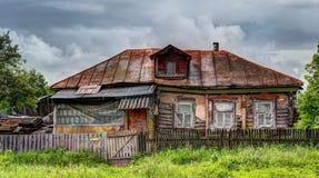 Altes Haus im russischen Dorf lizenzfreies stockfoto