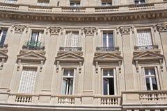 Altes Haus mit Balkonen und Fenstern in Paris Frankreich Stockfoto
