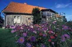 Altes Haus mit Blumen Stockfotografie