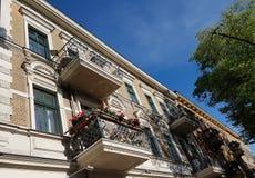 Altes Haus mit den geschmiedeten Balkonen Stockfotos