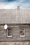 Altes Haus mit einem mit Ziegeln gedeckten Dach und einem Kamin, drastisch lizenzfreie stockfotos
