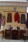 Altes Haus mit einem Shop in ihm sellling unterschiedlicher interessanter lokaler Teppich Stockfotografie