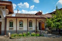 Altes Haus mit einem mit Ziegeln gedeckten Dach in einer orientalischen Art Lizenzfreies Stockfoto