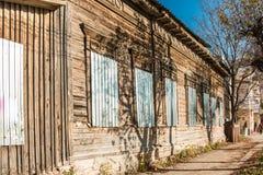 Altes Haus mit Fenstern schloss durch melall, heller sonniger Tag mit blauem Himmel Stockbilder
