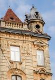 Altes Haus mit Fenstern und auf dem Dach des Turms in Lemberg Ukraine Stockbild