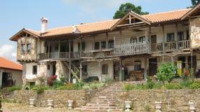Altes Haus mit Garten und schönen Steinvasen Stockfotos