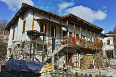 Altes Haus mit hölzernem Portal im Dorf von Rozhen, Bulgarien Lizenzfreie Stockbilder