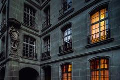 Altes Haus mit hervorgehobenen gelben Fenstern, Nachtansicht stockfotografie