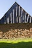 Altes Haus mit Molewänden und hölzernem Dach. Lizenzfreies Stockbild