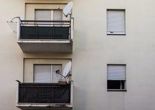 Altes Haus mit Satellitenschüssel Stockfotografie