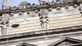 Altes Haus mit schöner Fassade stock video