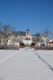 Altes Haus mit Schnee auf Rasen stockfotografie