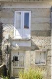 Altes Haus mit weißen Blendenverschlüssen Lizenzfreie Stockbilder