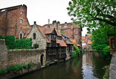 Altes Haus nahe dem Kanal in Belgien Stockfotos