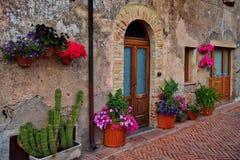 Altes Haus in Toskana mit Blumen lizenzfreie stockbilder