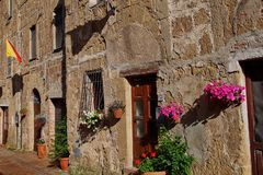 Altes Haus in Toskana mit Blumen stockfoto