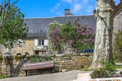 Altes Haus und Bank, Nespouls, Correze, Limousin, Frankreich Stockbild