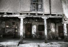 Altes Haus und Fahrrad des luftgetrockneten Ziegelsteines Lizenzfreie Stockfotos