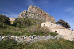 Altes Haus und Felsen Lizenzfreies Stockfoto