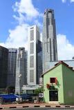 Altes Haus und moderne Gebäude Stockfoto