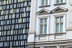 Altes Haus und modernes Bürohaus Stockfotos