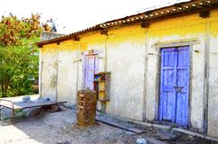 Altes Haus und Tür nahe Pune, Maharashtra lizenzfreie stockfotos