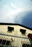 Altes Haus unter tropischem Himmel Stockfotos